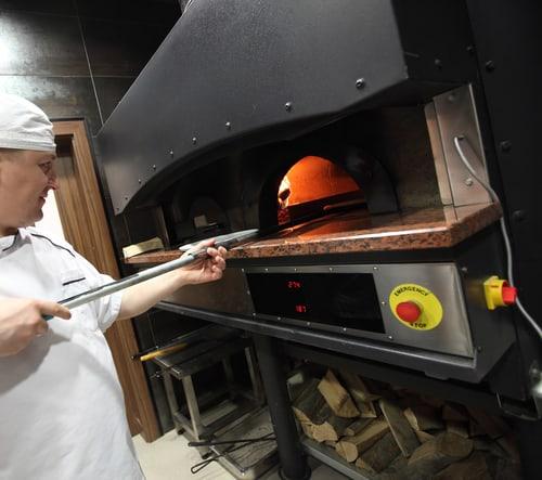 Pizzabakker bij de oven