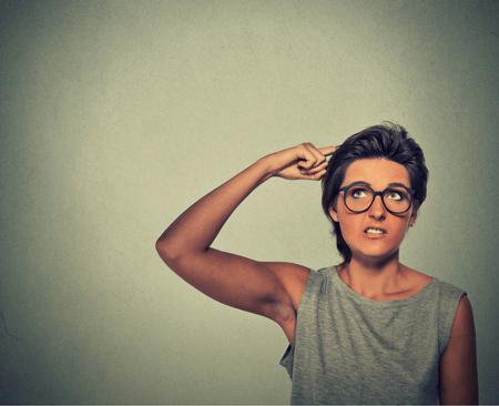 Vrouw krabt zich achter de oren wat ze heeft geen idee